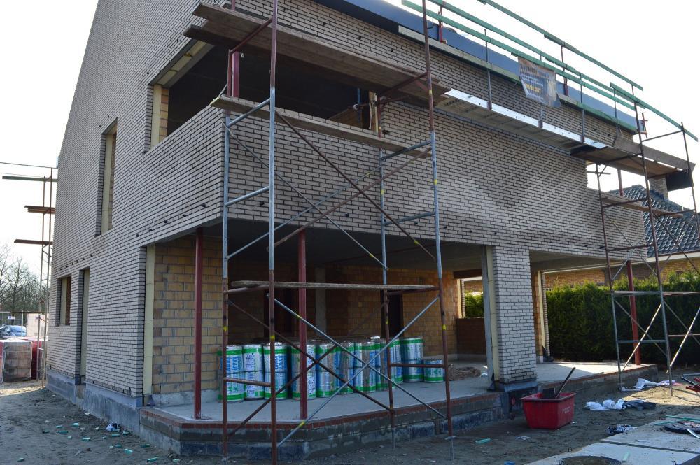 Gevelsteen staat ertegen. Ook de isolatie van het dak staat al klaar.